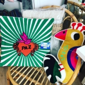 Ding Ding 🔔 Dernier samedi avant Noël 🥳😅 Et un arrivage tout frais de coussins et vaisselle qui donne la pêche 🍑! A shopper en ligne et en boutique à Lion sur Mer ✨ . #shoppingdenoel #noelalionsurmer #conceptstore #cadeaunoel #decorationinterieur #lionsurmer #caenlamer #kitschkitchen #lepompon #souslesapin