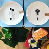 🌈 YOUPI !! 🌈 Le bonheur ne tient vraiment à rien✨ Livraison de la nouvelle Co. @helenb.be en boutique et très vite en ligne 👌🏻 De nouveaux design toujours aussi espiègles et poétiques 🥰 mais aussi de nouveaux supports : tabliers de cuisine, trousses de toilette, sacs 48h, assiettes à dessert, petites cuillères et aussi le grand retour du pichet flower 💐🤩 Bref, du bonheur en boutique quoi😜😘 👉🏻 32 rue Edmond Bellin - Lion sur mer . #nouvellecollection #vaisselleaddict #vaissellefantaisie #createur #petitsbonheurs #ideecadeau #boutiqueenligne #conceptstore #boutiquedeco #boutiquecadeau #lionsurmer #cotedenacre #caenlamer